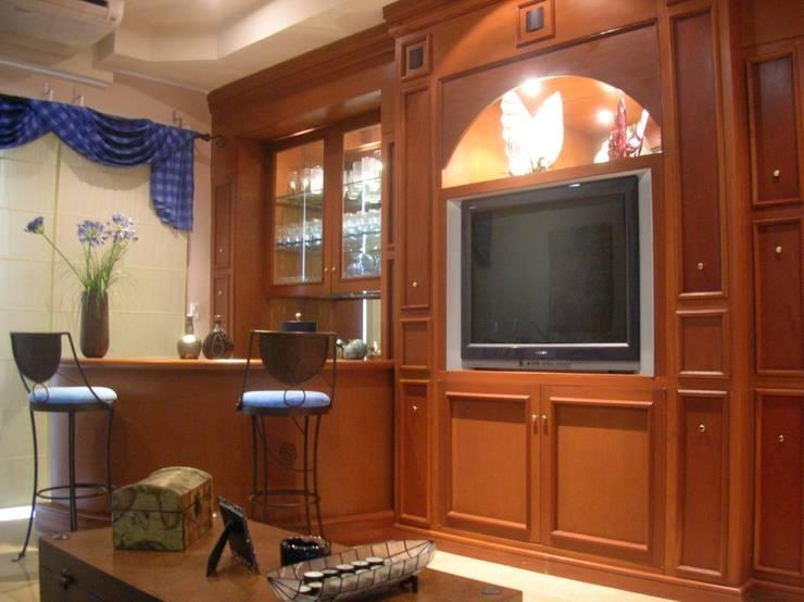 CASA AMARILLA / YELLOW HOUSE : Salas multimedia de estilo ecléctico por SG Huerta Arquitecto Cancun