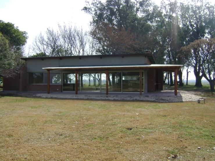 Al asador… : Casas de estilo  por Marcelo Manzán Arquitecto,