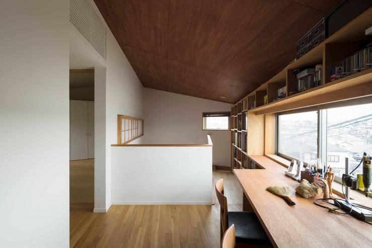 2階廊下・書斎: 有限会社 アンドウ・アトリエが手掛けた書斎です。