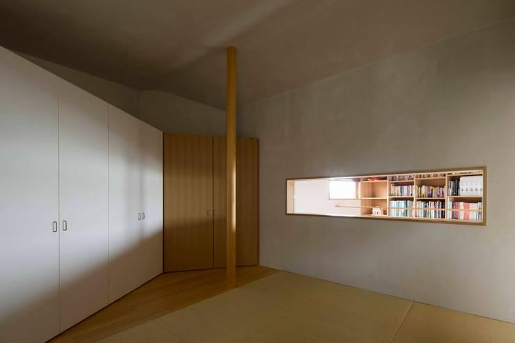寝室: 有限会社 アンドウ・アトリエが手掛けた寝室です。