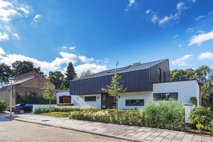 voorzijde Villa Wierden - schipperdouwesarchitectuur: moderne Huizen door schipperdouwesarchitectuur