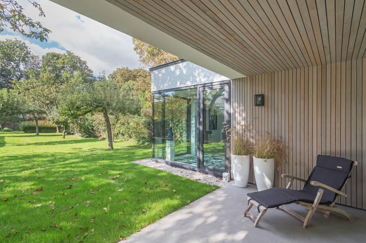veranda Villa Wierden - schipperdouwesarchitectuur:  Terras door schipperdouwesarchitectuur