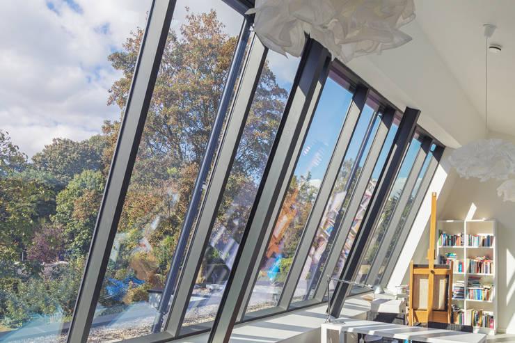werkruimte verdieping Villa Wierden - schipperdouwesarchitectuur: moderne Studeerkamer/kantoor door schipperdouwesarchitectuur