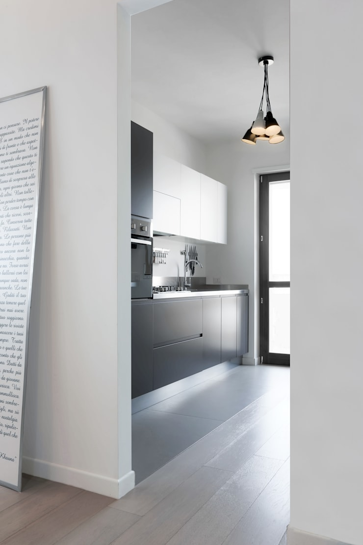 Casa <q>Elle</q> bianca e grigia: Cucina in stile  di MAMESTUDIO