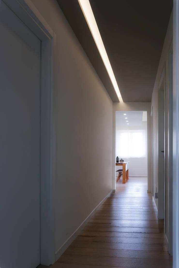 Casa <q>Elle</q> bianca e grigia: Ingresso & Corridoio in stile  di MAMESTUDIO
