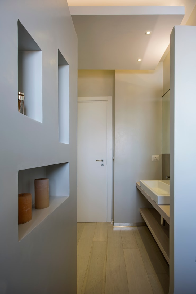 Casa <q>Elle</q> bianca e grigia: Bagno in stile  di MAMESTUDIO
