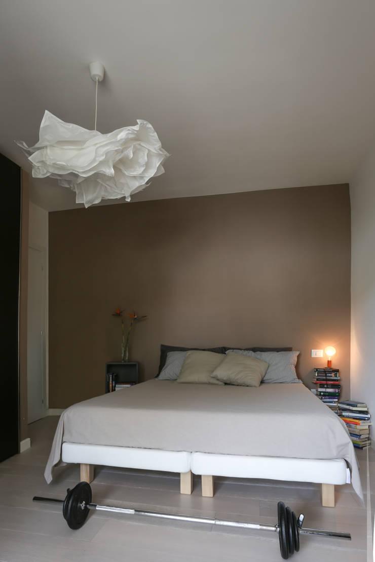 Casa <q>Elle</q> bianca e grigia: Camera da letto in stile  di MAMESTUDIO