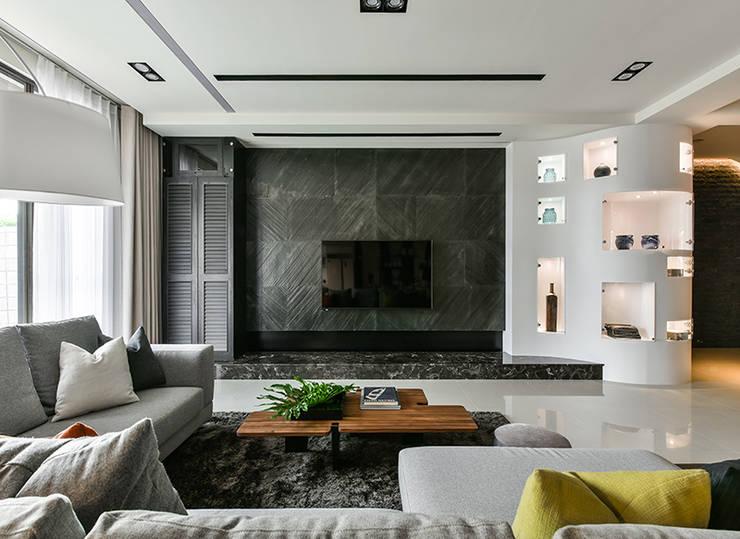 Salas de estilo  por 皇室空間室內設計