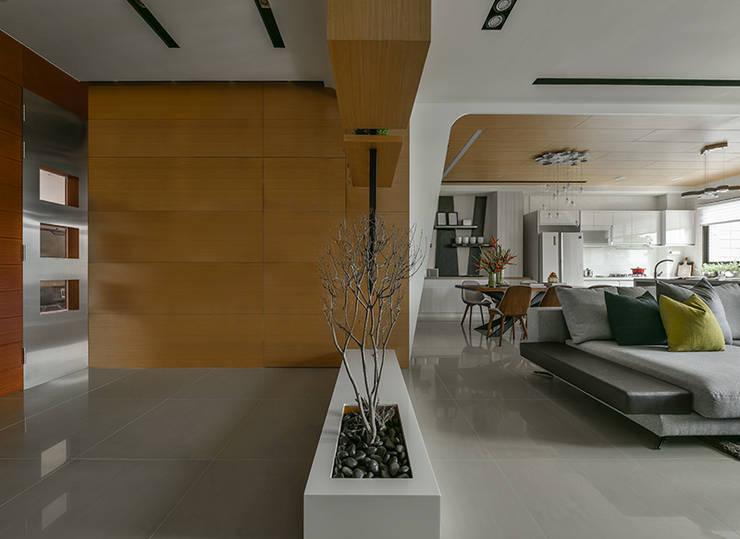 Pasillos y vestíbulos de estilo  por 皇室空間室內設計