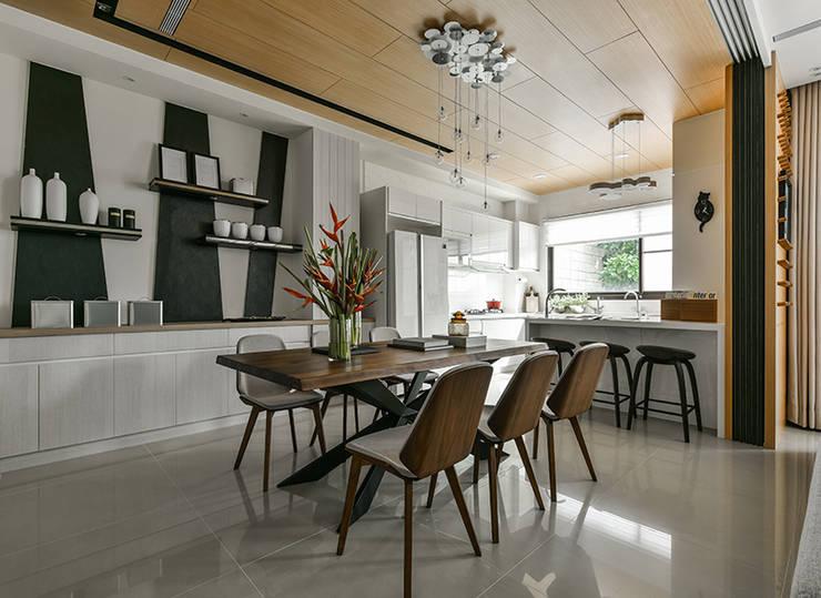 Cocinas de estilo  por 皇室空間室內設計