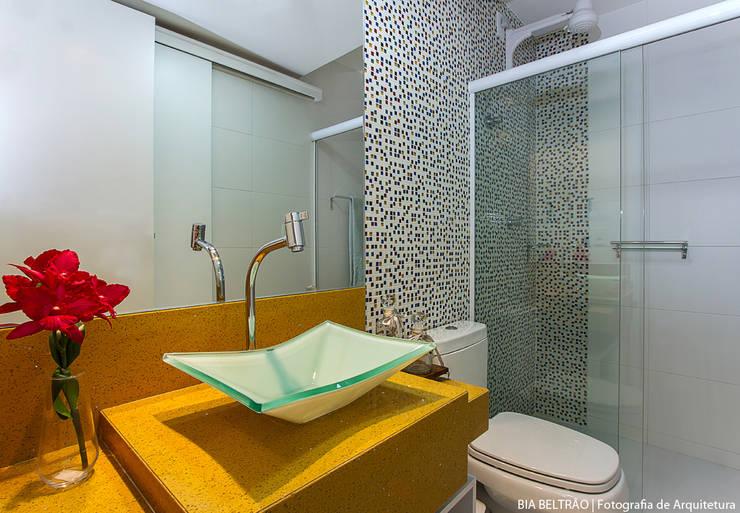 Apartamento no cond Barra Bali,  Barra de São Miguel Al: Banheiros  por Cris Nunes Arquiteta