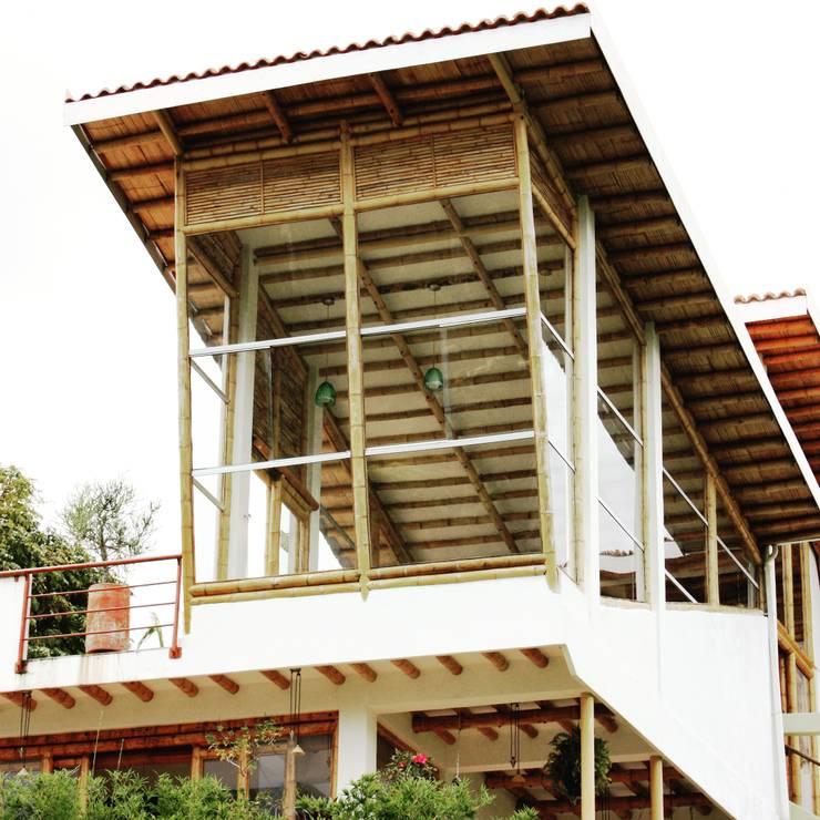 Fachada posterior : Casas de estilo  por Zuarq. Arquitectos SAS