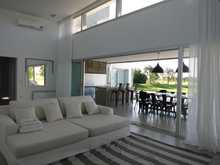 Casa LR4546: Livings de estilo  por MARIA NIGRO ARQUITECTA