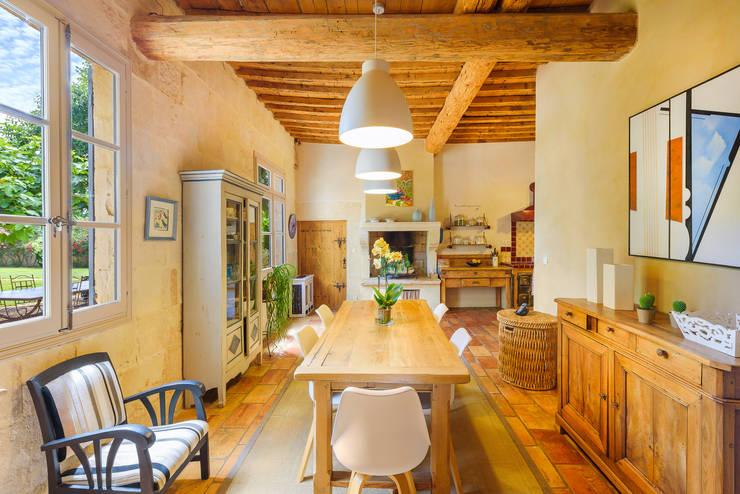 Rénovation d'un grand mas à proximité de Nîmes: Salle à manger de style  par Laurence champey