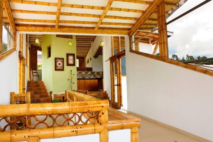 detalles acabados interiores guadua: Balcones y terrazas de estilo  por Zuarq. Arquitectos SAS
