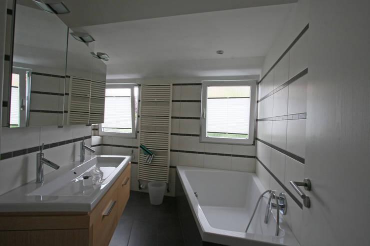 Badezimmer vorher:   von  immoptimum HOME STAGING GbR