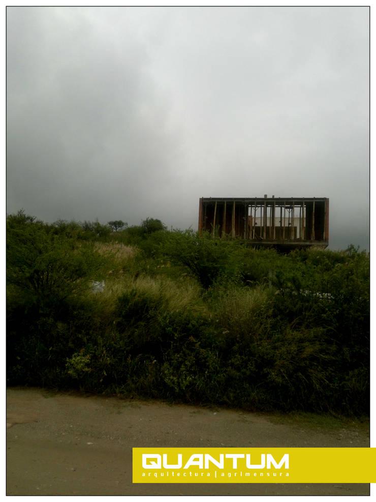 En obra. Fachada frontal. Desde linea Municipal.: Casas de estilo  por Betiana Denardi   Arquitecta