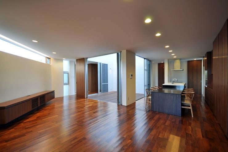 YSM-HOUSE: 門一級建築士事務所が手掛けたリビングです。