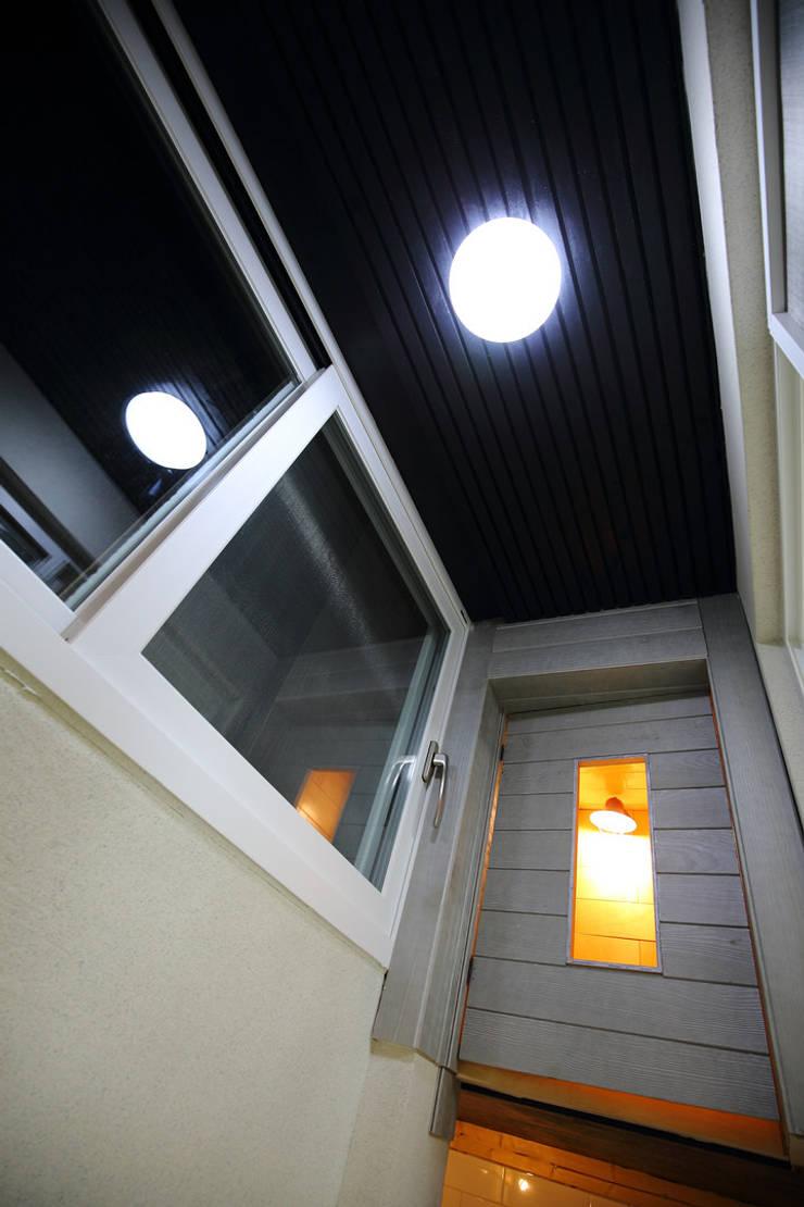 앞발콘: inark [인아크 건축 설계 디자인]의  베란다,