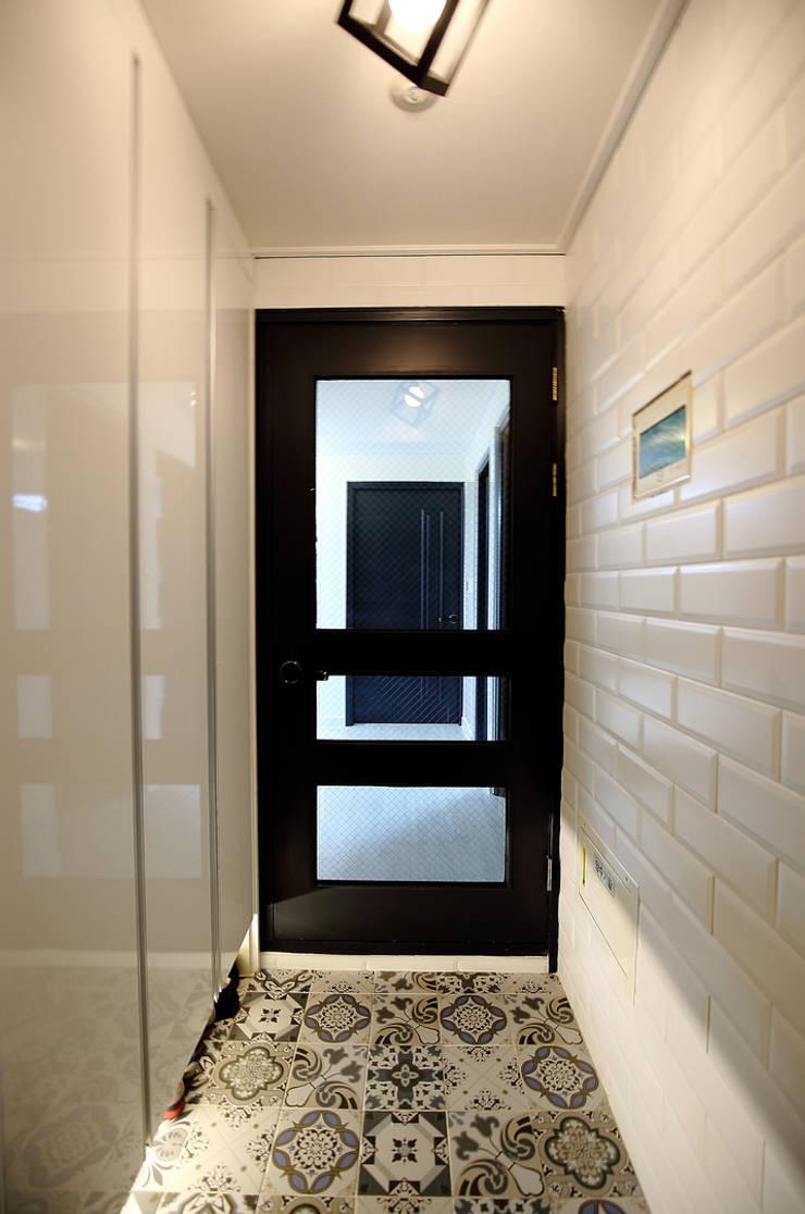 현과: inark [인아크 건축 설계 디자인]의  복도 & 현관,