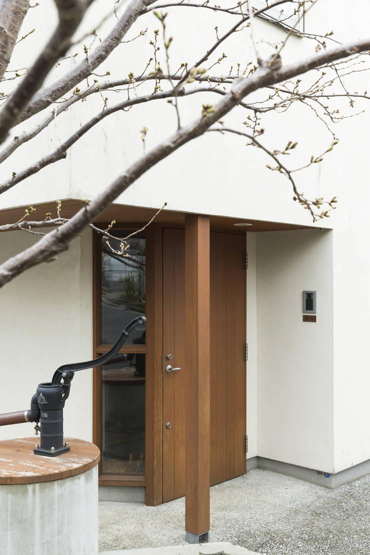玄関: 有限会社 アンドウ・アトリエが手掛けた廊下 & 玄関です。
