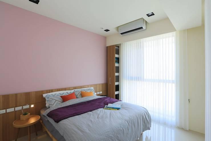 有溫度的木意居家生活:  臥室 by 微自然室內裝修設計有限公司