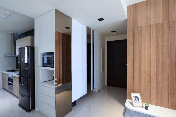 有溫度的木意居家生活:  走廊 & 玄關 by 微自然室內裝修設計有限公司
