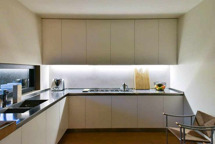 Cocinas de estilo moderno por Claude Petarlin