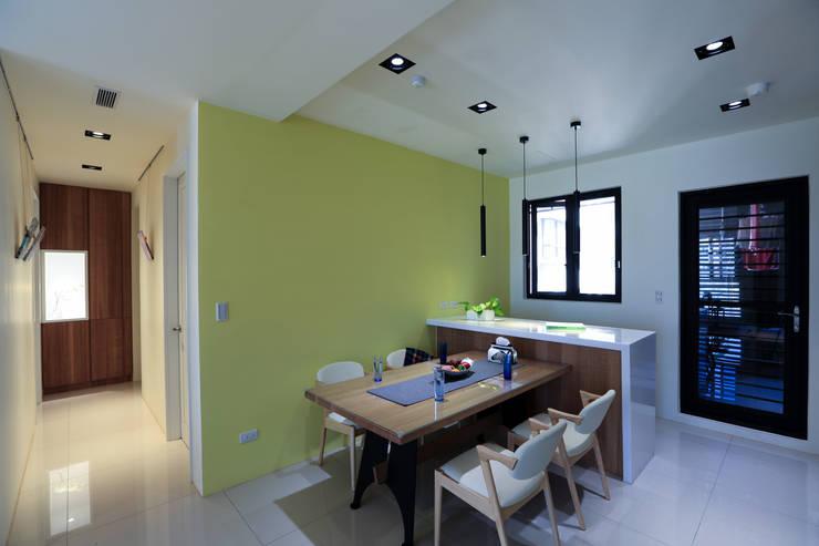 有溫度的木意居家生活:  餐廳 by 微自然室內裝修設計有限公司