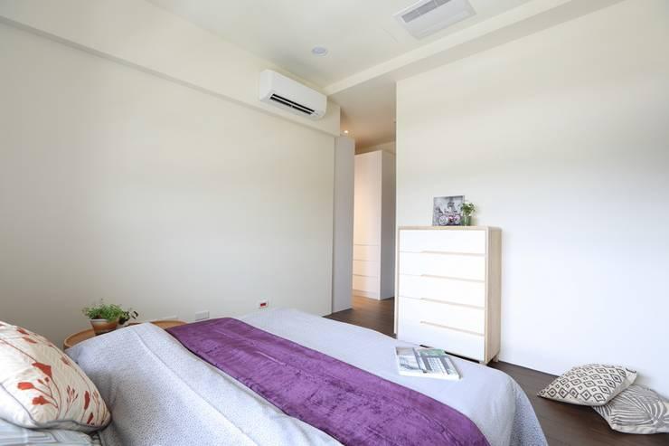 灰色簡約俐落宅:  臥室 by 微自然室內裝修設計有限公司
