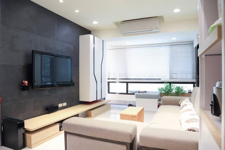 Living room by 微自然室內裝修設計有限公司