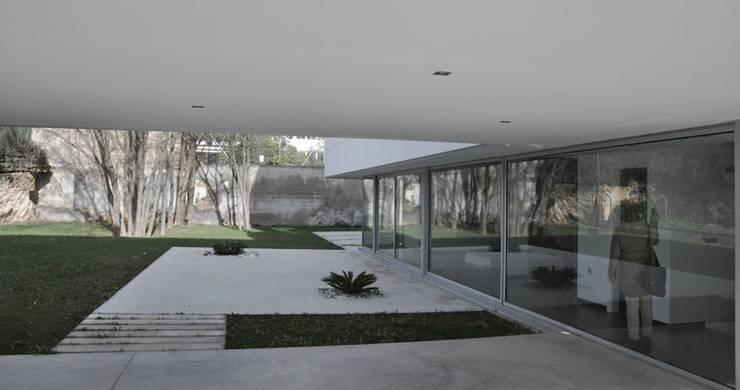 Modern houses by RAFAEL ALCANTARA Modern