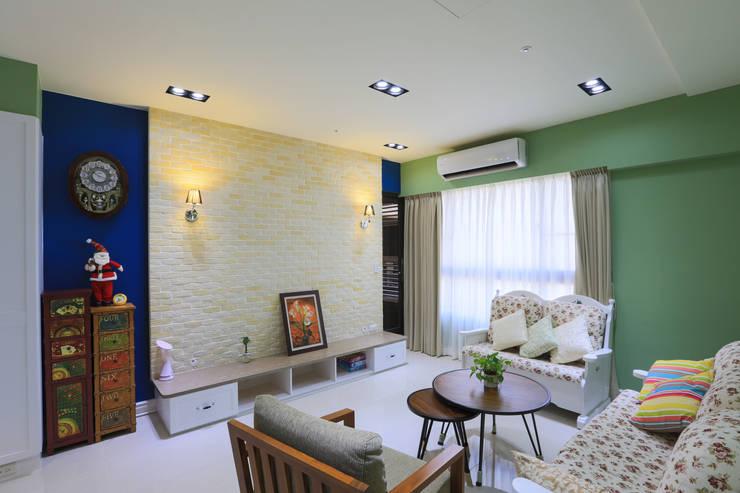 鄉村優雅宅:  客廳 by 微自然室內裝修設計有限公司