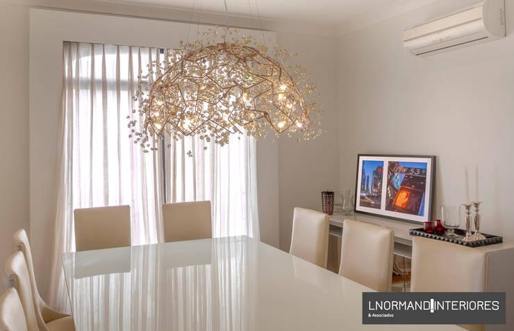 Sala de Jantar classica com mesa de jantar em laca branca: Salas de jantar  por Lnormand Interiores