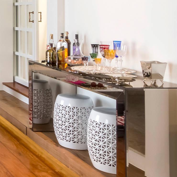Aparador Bar na Sala de Estar com Garden Seats brancos: Salas de estar  por Lnormand Interiores