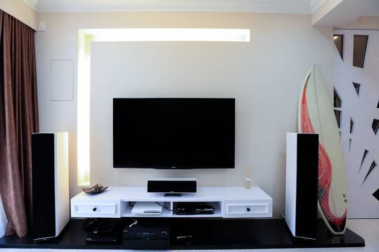 彩色繽紛居:  客廳 by 微自然室內裝修設計有限公司