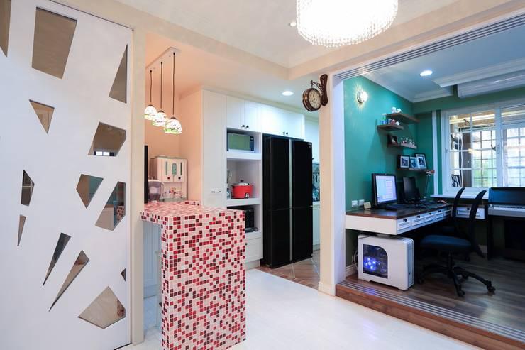 彩色繽紛居:  餐廳 by 微自然室內裝修設計有限公司