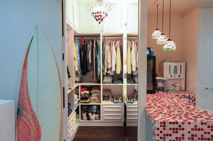 彩色繽紛居:  更衣室 by 微自然室內裝修設計有限公司