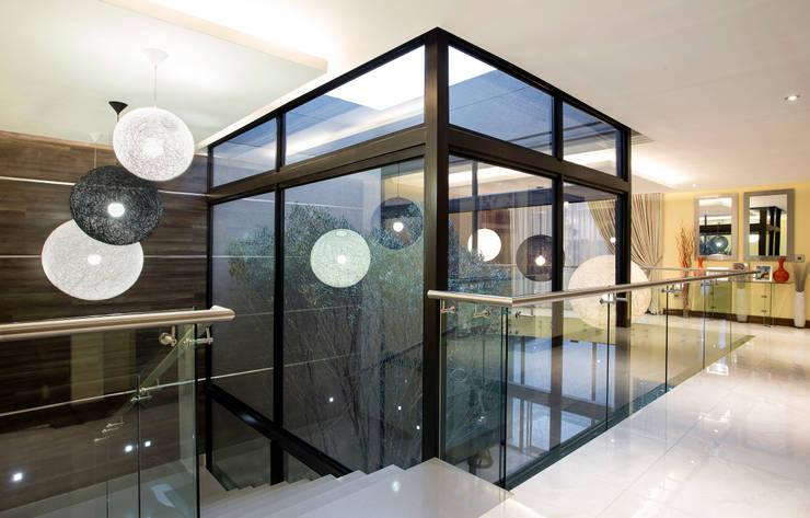 Residence Harris:  Corridor & hallway by FRANCOIS MARAIS ARCHITECTS