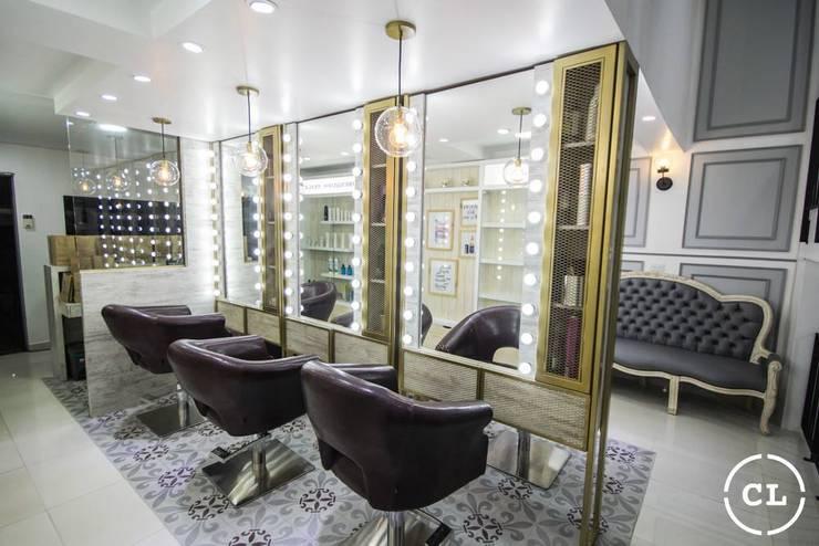 Area de estilistas: Espacios comerciales de estilo  por Cristina Cortés Diseño y Decoración