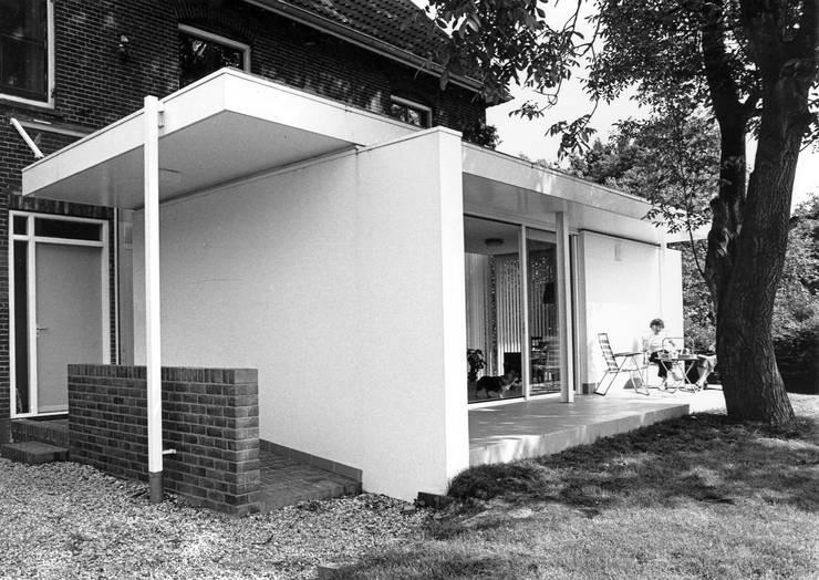entree en terras:  Huizen door Voets Architectuur en Stedenbouw