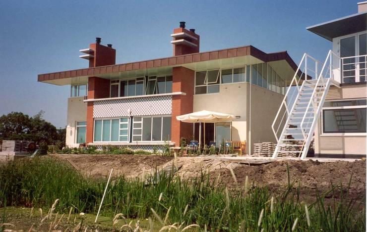gevel naar het natuurgebied Midden Delftland:  Tuin door Voets Architectuur en Stedenbouw