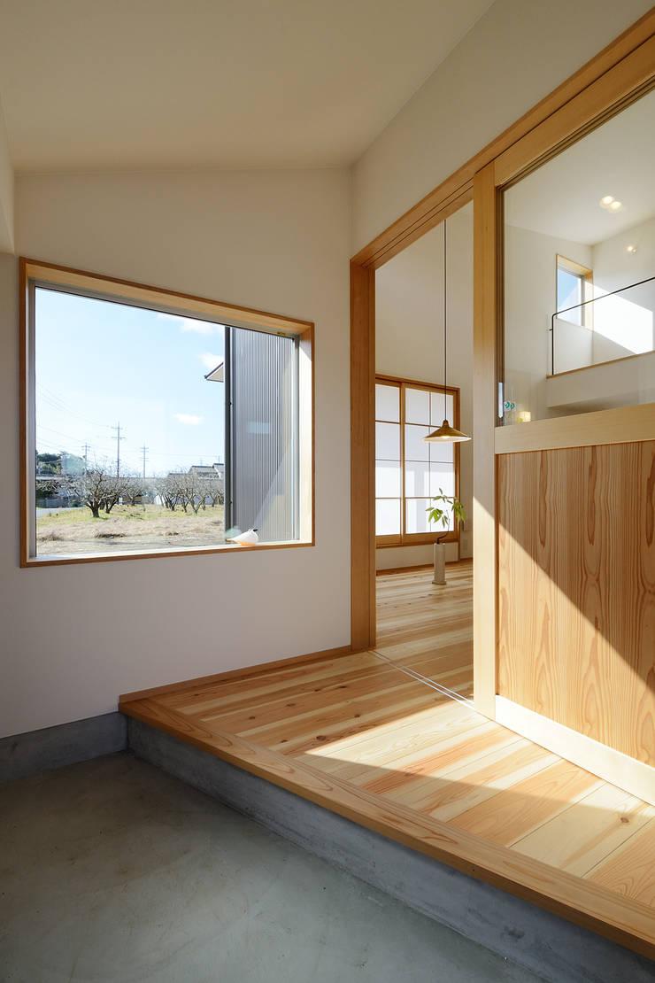 Pasillos y vestíbulos de estilo  por 株式会社kotori, Moderno