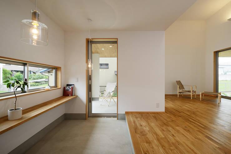 豊田市 生駒町の家: 株式会社kotoriが手掛けたリビングです。