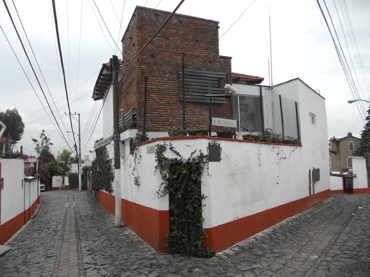 Fachada Sur-Poniente: Estudios y oficinas de estilo  por Habitaespacio