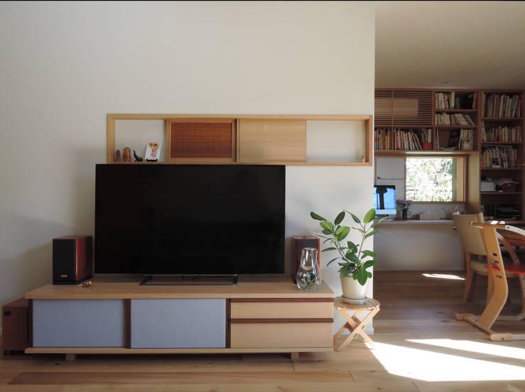 居間: 有限会社 アンドウ・アトリエが手掛けたリビングです。,オリジナル