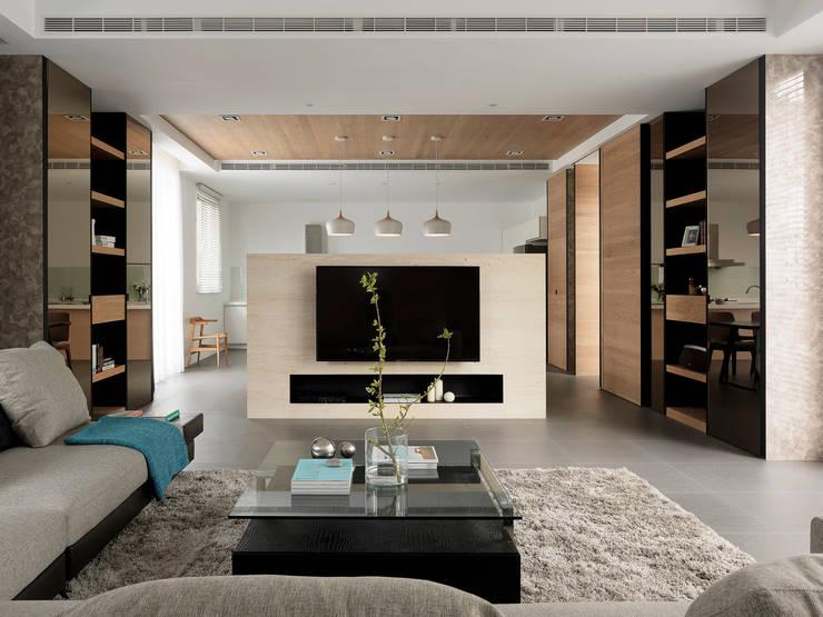 Salas de estilo moderno por 夏沐森山設計整合