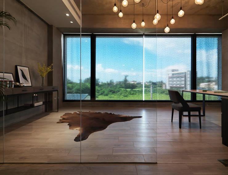 Quiet home:  書房/辦公室 by 夏沐森山設計整合