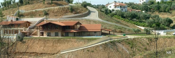 Casas de Madeira:   por CASEMA - Casas Especiais de Madeira, Lda