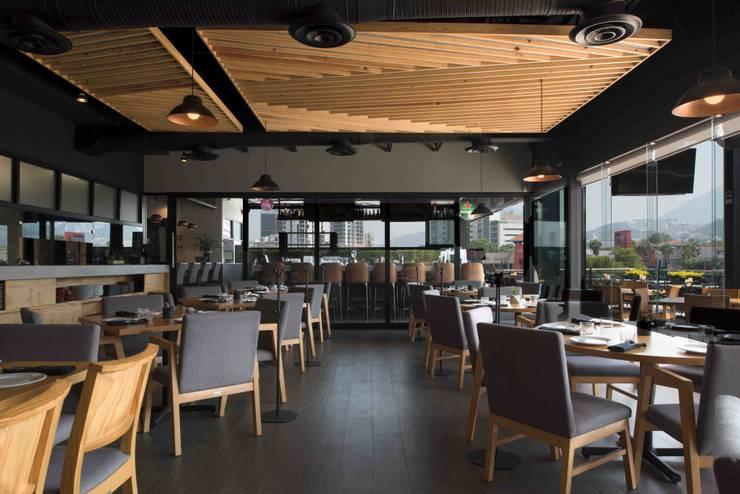 Salón principal: Restaurantes de estilo  por Segovia ARQ